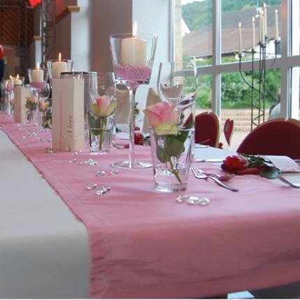 Tischdekoration In Rosa Und Dunkelrot